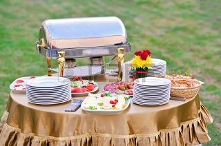 9870861-結婚式のパーティーでは料理をケータリング.jpg